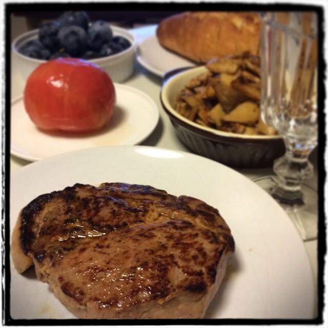 【休日ゆっくり晩ごはん】■豚肩ロースの分厚いステーキ■トマトのファルシー■キノコのバターソテー■フランスパン■プルーン■赤ワイン