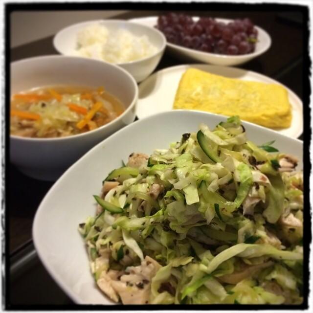 【手抜きですみません…な日の晩ごはん】■鶏肉と野菜の梅肉和え■具だくさんの中華スープ■しらすのだし巻き卵■ごはん■デラウェア■ビールもどき