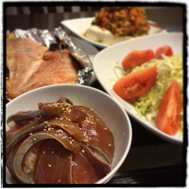 【大江アナ結婚おめでとう!な日の晩ごはん】■シンプルなキャベツサラダ トマト添え■キムチ豆腐■赤魚の粕漬け■ワラサの漬け丼■ビール