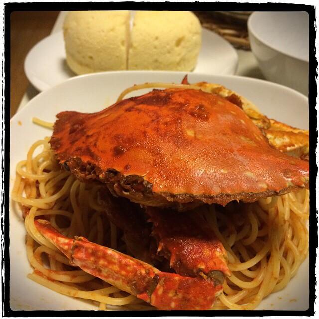 【一点豪華主義な日の晩ごはん】■ひでちゃん謹製:渡り蟹のトマトソースパスタ(これで一人前!)■かづよ作成:ふわふわシフォンケーキ■ぶどう■ビールもどき