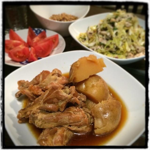 【最近「このごはん、外で食べたらいくら?」と聞きながら食べるのが流行ってます…な日の晩ごはん】■鶏ハムとキャベツ、きゅうりの梅和え■彩りのためのトマト■わかし漬け納豆■鶏手羽元とじゃがいもの煮つけ #yam #Homemade #dinner #cooking
