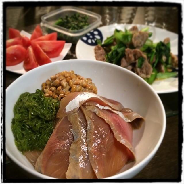 【小さい頃から食べ馴染んでいるお菓子はなんですか?夫はオールレーズン、アスパラガス、チョコフレークだそうですな日の晩ごはん】■わかしの漬けと納豆、めかぶのとろとろ丼■塩豚と小松菜のナムプラー炒め■ほうれん草と春菊のごま和え■彩りのためのトマト■ビール #dinner #Homemade #cooking #yam