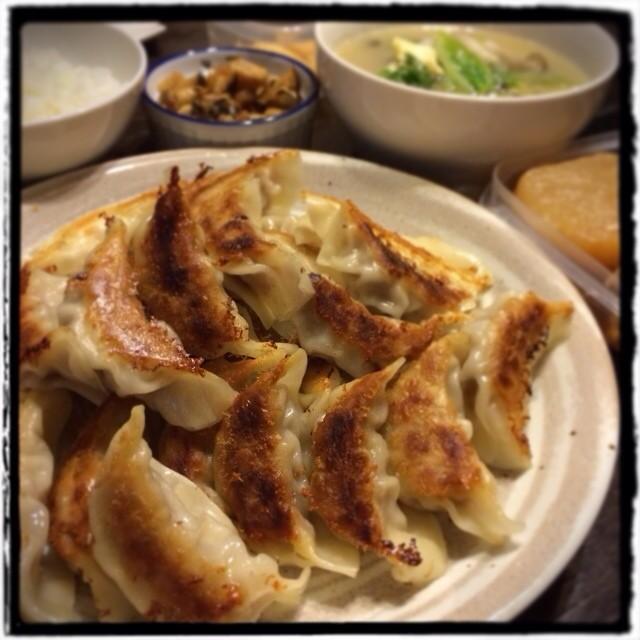 【金曜だと思ったら木曜だったぁぁぁ!な日の晩ごはん】■続鶏と大根の甘辛煮■ハリハリ漬け■たくあん■おばあちゃん直伝:香港風餃子■具だくさんの中華風スープ■ごはん■ビール